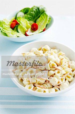 Schalen mit Pasta und Salat