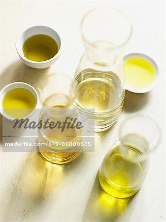 Flaschen und Schalen mit Olivenöl