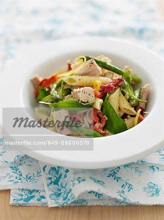 Schale mit Carbonara Pasta mit Gemüse
