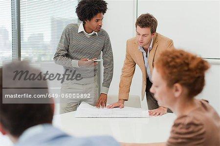 Geschäftsleute, die in der Sitzung sprechen