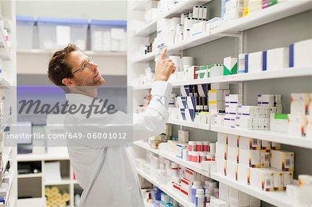 Apotheker Medikamente auf Regal durchsuchen