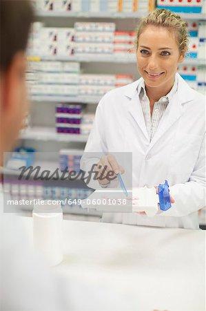 Apotheker zählen Pillen am Schalter