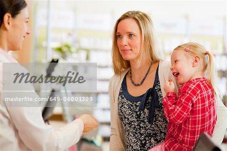 Pharmacien, parler aux patients en magasin