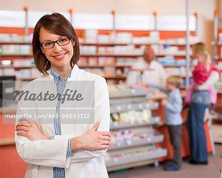 Lächelnd Apotheker stehen im Speicher