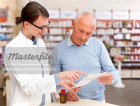 Apotheker im Gespräch mit Patienten im Speicher