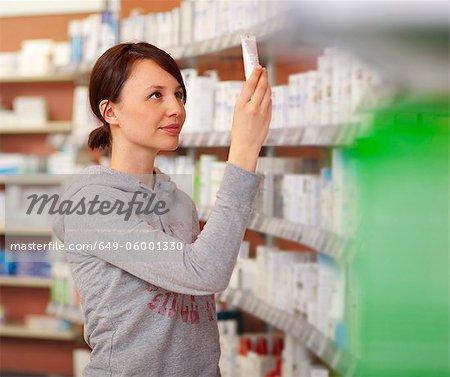 Kunden surfen Drogerie Regalen