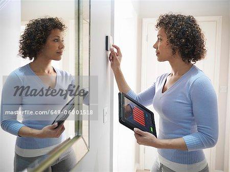 Thermostat de réglage de femme à domicile
