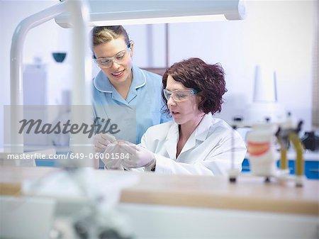 Zahnarzt unterrichten Schüler im Labor