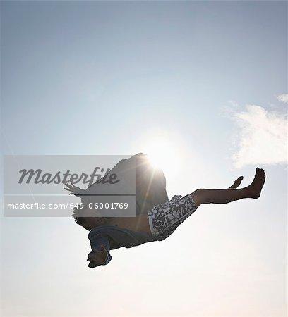 Adolescent posant dans les airs