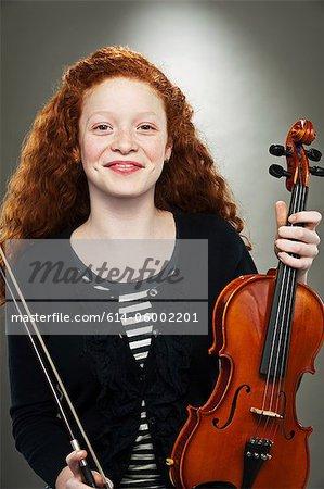 Porträt der gemischte Abstammung Teenager Mädchen mit Geige