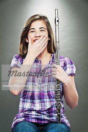 Porträt des jungen Teenager-Mädchen lachen und halten der Flöte