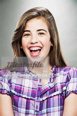 Porträt des jungen Teenager-Mädchen, lachen, Studioaufnahme