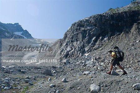 Grimpeur homme près de Chickamin Glacier, Ptarmigan Traverse, North Cascades, Washington, USA