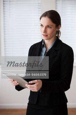 Junge geschäftsfrau digitale Tabletts, Studioaufnahme