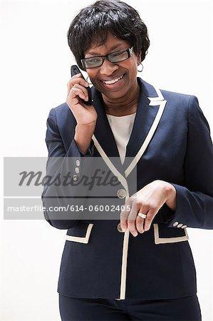 Reife Afroamerikaner geschäftsfrau mit Handy, Studioaufnahme