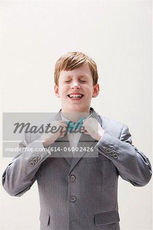 Jungen tragen grau Anzug passe Fliege, Studioaufnahme