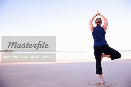 Femme faisant du yoga sur la plage, Playa Grande, Santa Cruz, Costa Rica