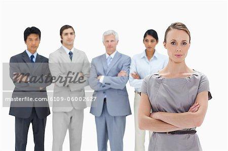 Nahaufnahme von einer multikulturellen Team Geschäftsfokus auf eine Frau im Vordergrund vor weißem Hintergrund