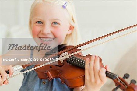Eine junge, talentierte Mädchen spielt Geige mit einem Ausdruck der Freude