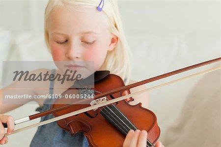 Eine sehr talentierte Mädchen spielt süß Geige