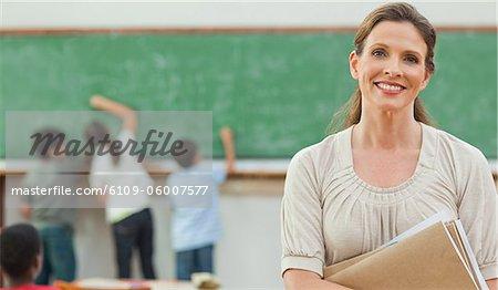 Grundschule Lehrer mit Schülern an der Tafel hinter ihr Lächeln