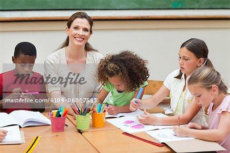 Enseignants du primaire souriant faire souffrir ensemble ses élèves