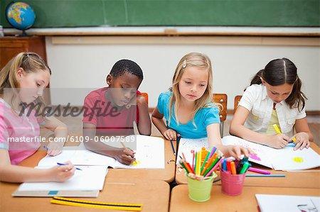 Écoliers : peinture au cours de la classe d'art