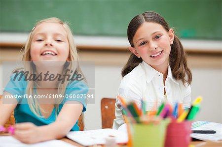 Sourire aux élèves du primaire au cours de la classe d'art