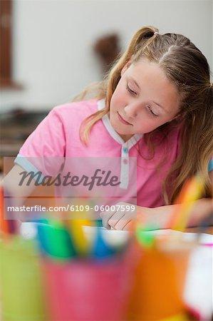 Élèves du primaire axée sur son cahier d'exercices