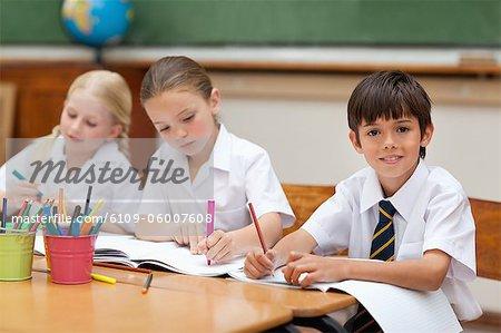 Jeunes élèves peinture au bureau