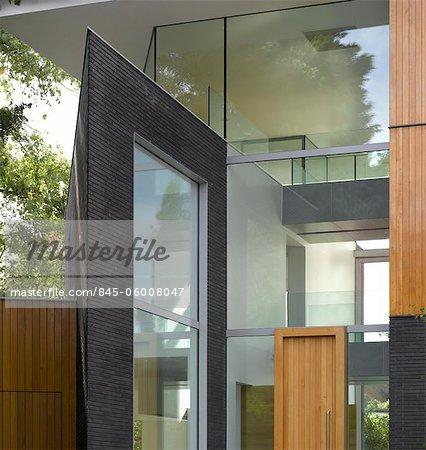 Extérieur moderne double hauteur d'étang et Park House, Dulwich, Londres, Royaume-Uni. Architectes : Stephen Marshall