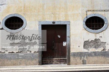 Oval geformte Fenster und Tür, Madeira, Portugal.