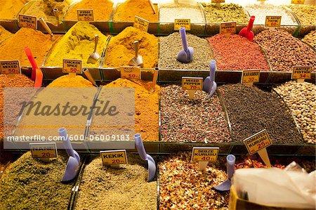 Gewürze zu verkaufen bei Spice Bazaar, Viertel Eminonu, Istanbul, Türkei