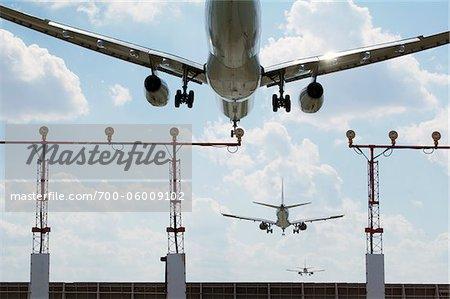 Exposition multiple des avions atterrissant à l'aéroport