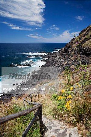 Chemin qui descend vers la rive, Ginostra, île de Stromboli, Iles Eoliennes, Province de Messine, Sicile, Italie