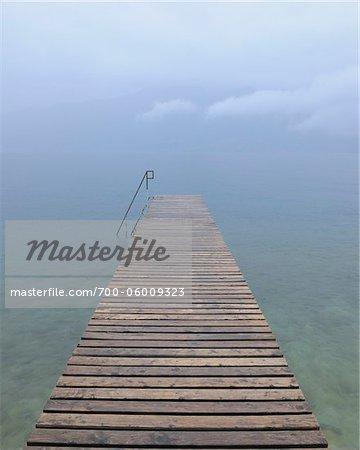 Quai en bois dans la pluie, lac de garde, Province de Vérone, Vénétie, Italie