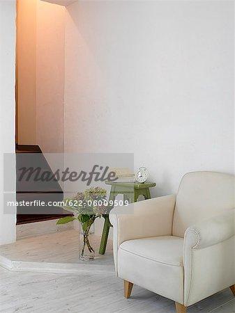 Fauteuil, Arrangement de la fleur et Table d'appoint