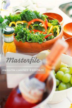 Salade, Fruits et bouteille de vin sur la Table