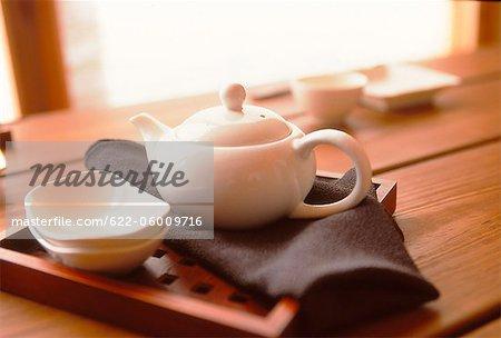 Teekanne, Schüssel und im hölzernen Behälter