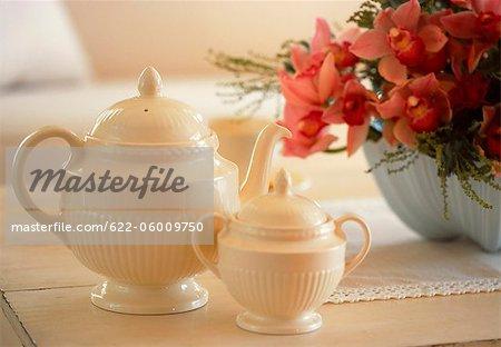 Théières et Arrangement de fleurs sur la Table