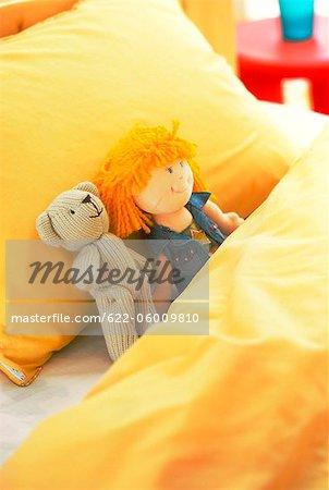 Nounours et la poupée sur le lit