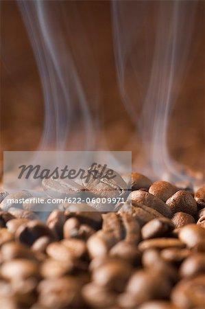 Grain de café chaud avec de la fumée