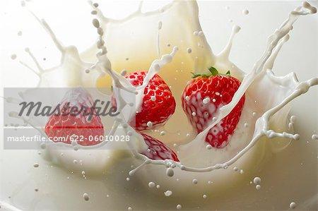 Fraise avec éclaboussures de lait