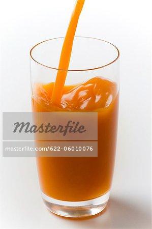 Remplissage de jus frais en verre
