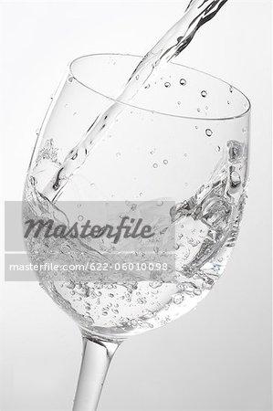Verser dans le verre de l'eau