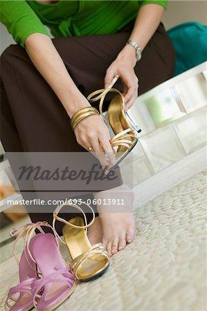 Femme essayer des chaussures dans le magasin de vêtements, la partie basse, au sol vue