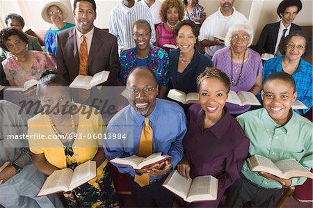 Congrégation de l'église assis sur des bancs églises avec la Bible, portrait, mode grand angle
