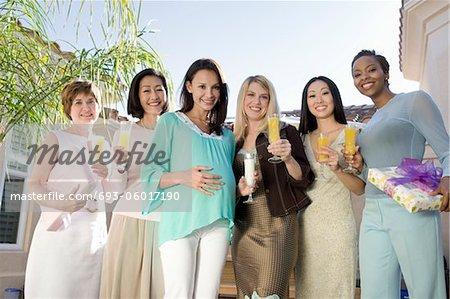 Frauen stehen außerhalb feiern ein Baby-Dusche