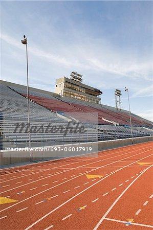 Piste d'athlétisme et tribunes vides