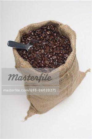 Sac de café en grains avec une cuillère
